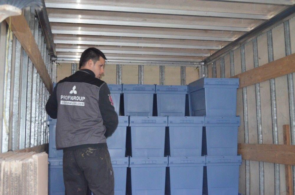 Stěhování do úmělohmotných krabic