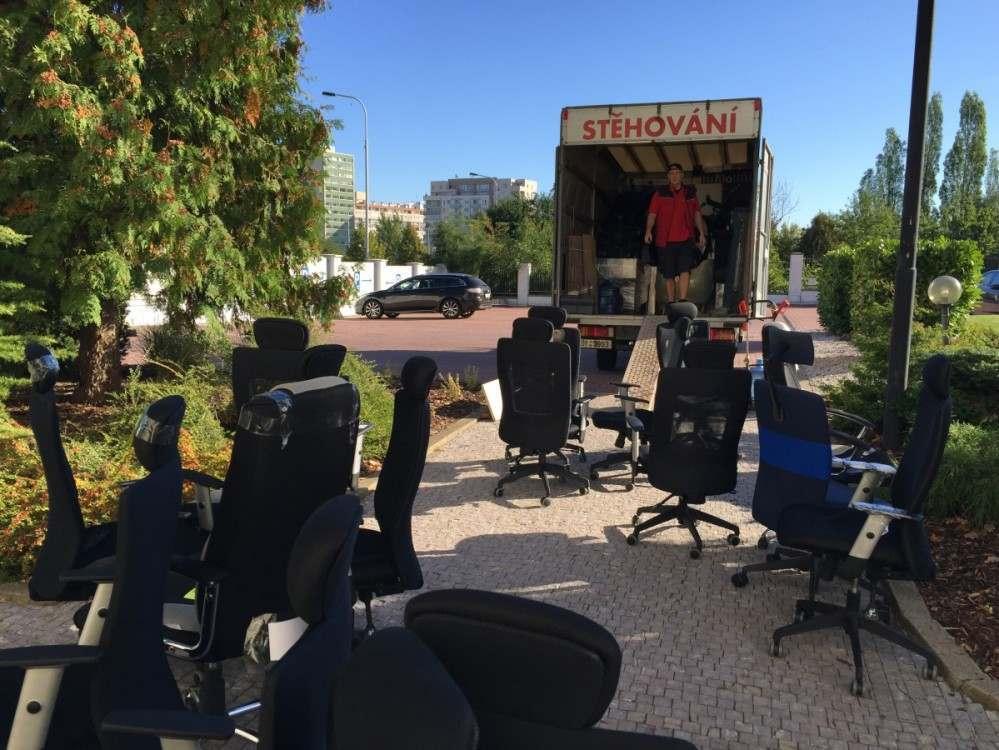 Stěhování 50ks židlí