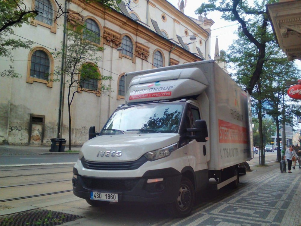 stěhování v ulicích Prahy