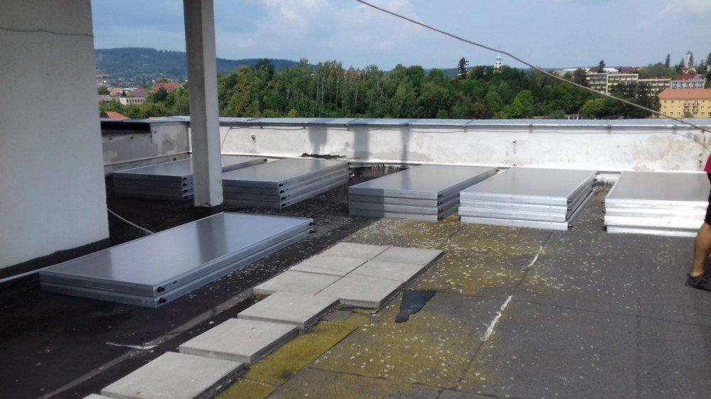 hotovo, panely jsou odstěhované na střeše