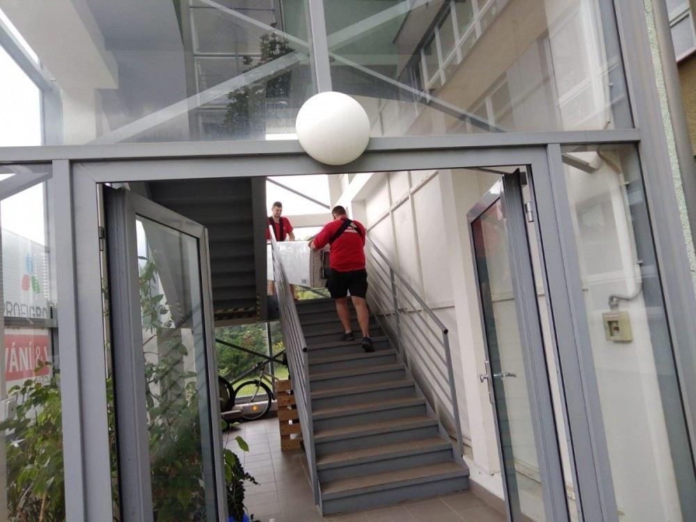 stěhování po schodech