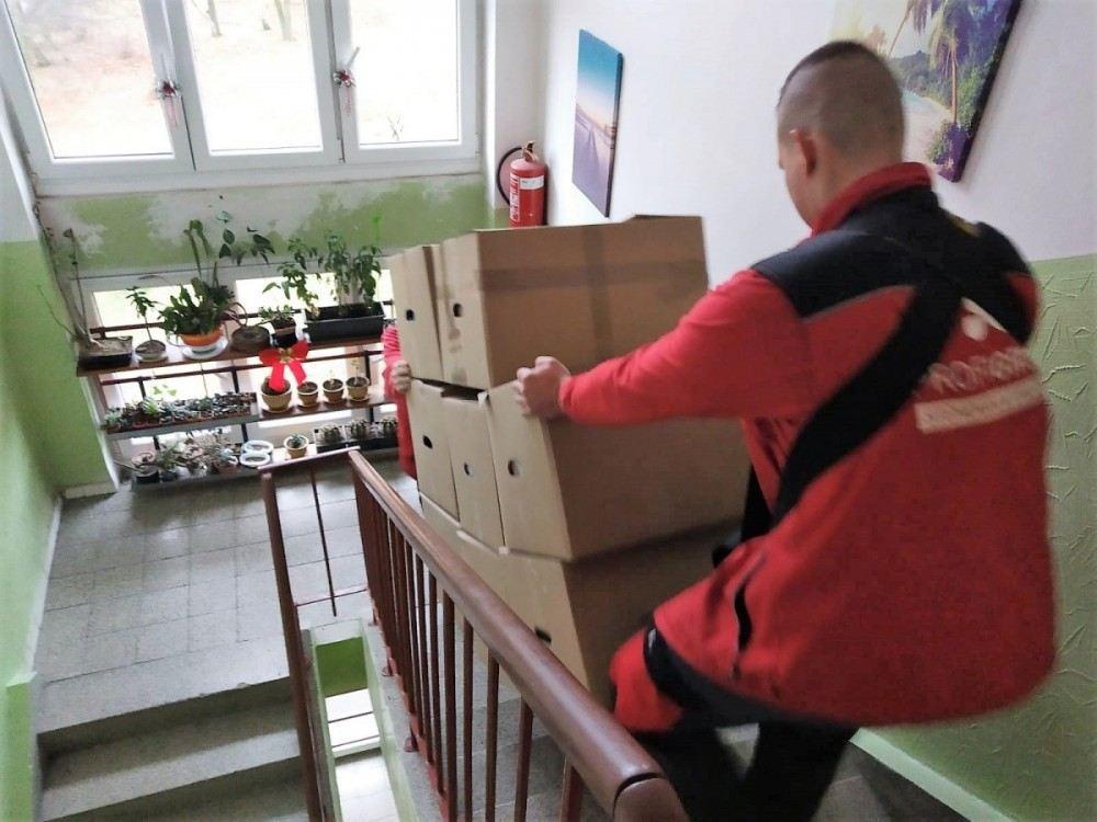 stěhujeme krabice po schodech