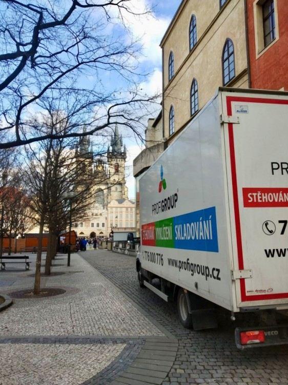 stěhování ze Staroměstského náměstí v Praze