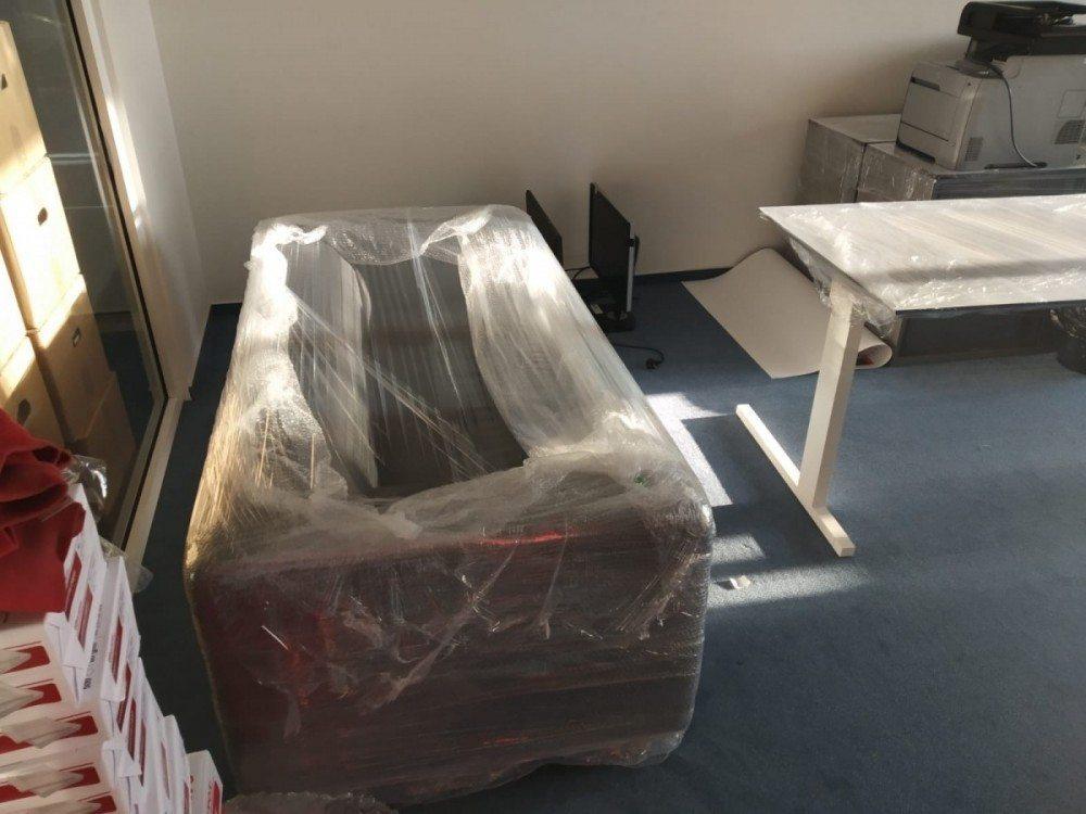 kancelář připravená ke stěhování na Zbraslav