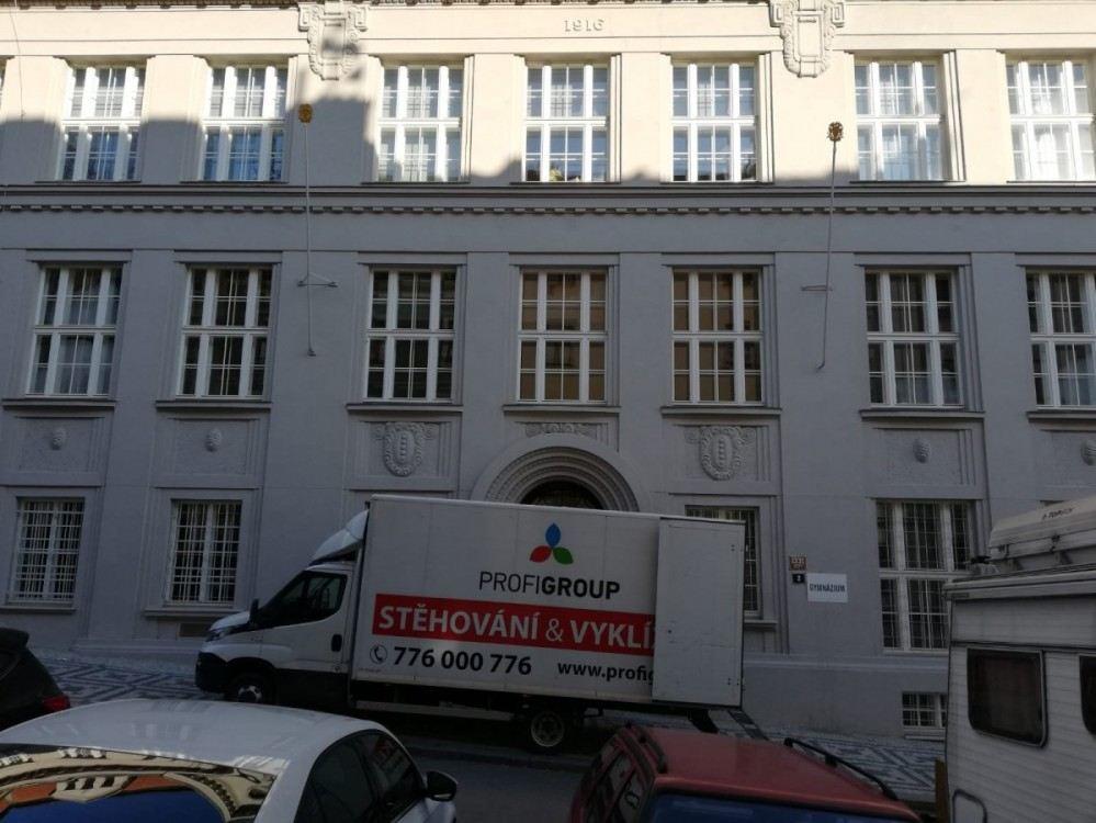 stěhování z činžovního domu v Praze